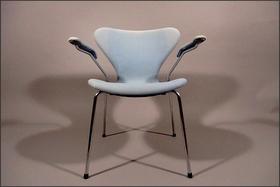Stoel 3207 van Arne Jacobsen. Te koop bij RoomofArt.de. Prijs 200 euro.